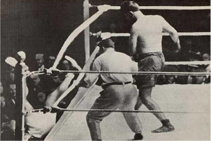 El mítico instante de la caída fuera del ring de Jack Dempsey.