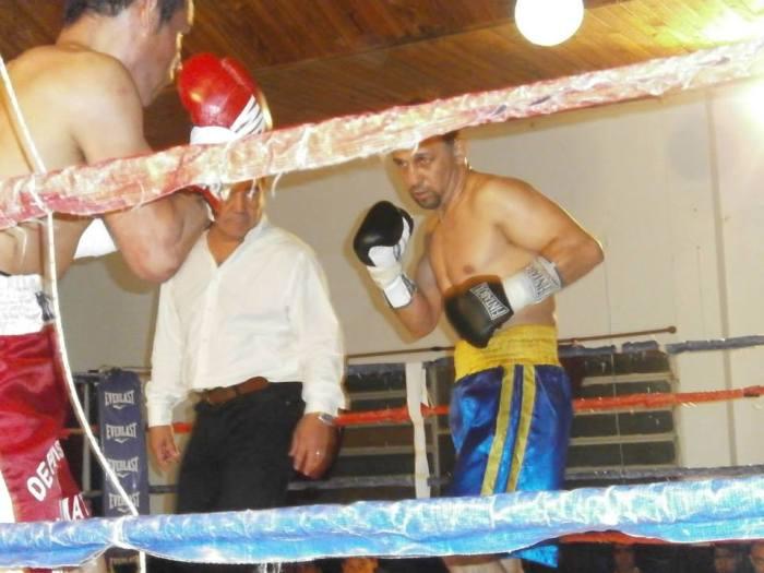 Ríos en su pelea ante Lauría; el árbitro Aguirre sin identificación.