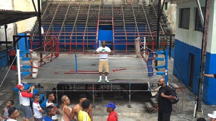 Mayweather sobre el ring del gimnasio Trejo habanero.