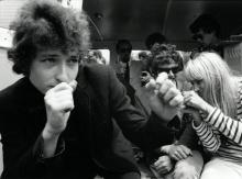 Un casi adolescente Bob Dylan en pose pugilística.